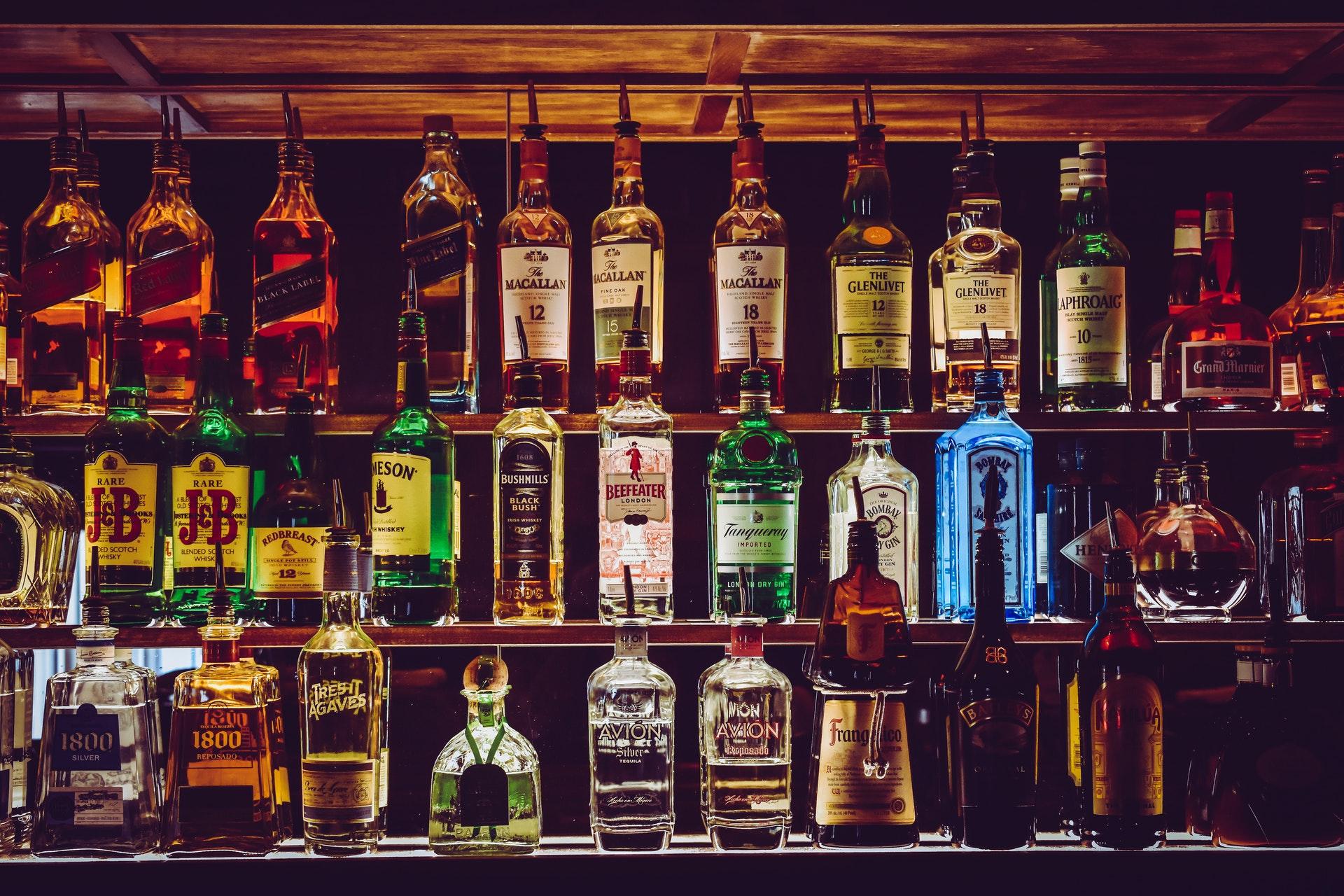 Le rockstar si danno all'alcol: vino, whisky e birra a volontà!